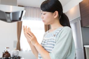 指の皮膚が硬化してひび割れ…よくある原因と対策。薬は?病院行くべき?