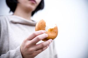 お腹がすいていないのに食べる病気「エモーショナルイーティング」病院は何科?