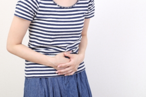 女性 なぜ?歩く振動でお腹が痛い…これ大丈夫?病院は何科?医師監修