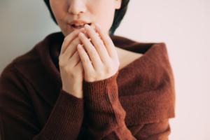 女性の手が震えるのは病気?ストレス?病院は何科?医師監修
