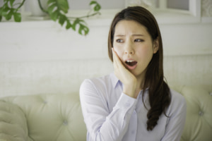 なぜ?かぶせた歯が噛むと痛い…原因は何?対処法は?どんな治療をする?