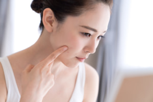 なぜ?顔の皮膚の表面がしびれる…原因はストレス?病気?病院は何科?