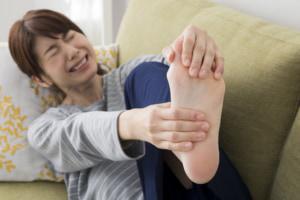 足の親指の付け根が痛い…女性に多い「外反母趾」の対処法。病院は何科?