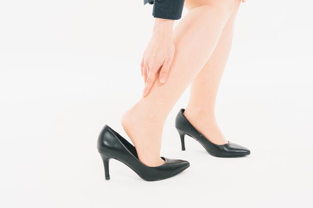 足の親指の付け根が痛い 女性