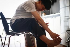 なぜ?足の指を曲げると痛い…どう対処する?病院は何科?