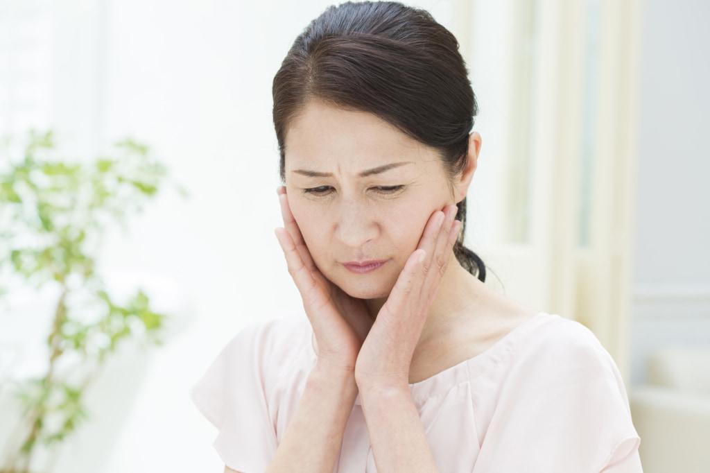 なぜ?神経を抜いた歯を押すと痛い…これ大丈夫?歯医者に行くべき?