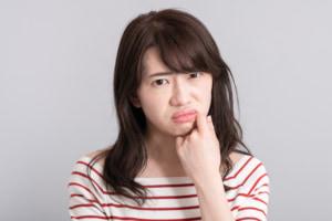 何これ?口の中が渋柿を食べたみたいな感じ…病院は何科?医師監修