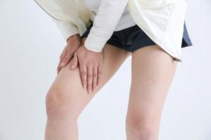 太ももの「痛みなしの痙攣」の原因は?病気の可能性は?医師監修
