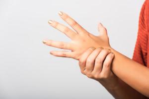 「手の甲のしびれ」は大丈夫?病院は何科?原因は神経麻痺や関節リウマチかも 医師監修