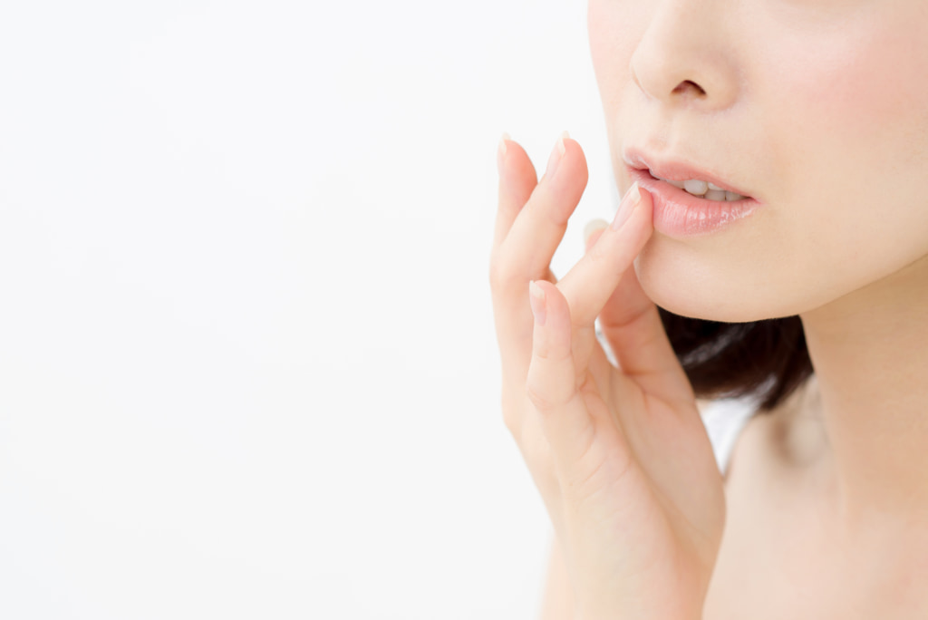 唇が荒れるのは病気のサイン?かゆみや腫れは要注意。病院は皮膚科?【口唇ヘルペス・扁平苔癬】