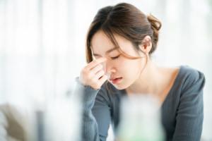 副鼻腔炎で目が痛い時の対処法|冷やすといいって本当?市販薬は?やってはいけないことも