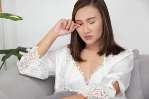 なぜ?目の奥が「片目だけ痛い…」ときの対処法。頭痛・充血を伴うことも