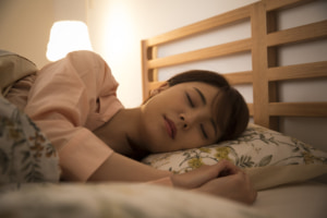 「2時間おきに目が覚める」のは病気サイン?原因は無呼吸症や更年期かも。医師監修
