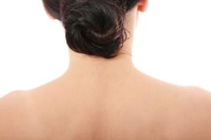 「首の後ろの痛くない・固いしこり」って大丈夫?病院は何科?危険なしこりの特徴も