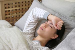 女性の「寝ても寝ても眠い」原因。ストレスや更年期・生理前の症状かも。眠気対策は?