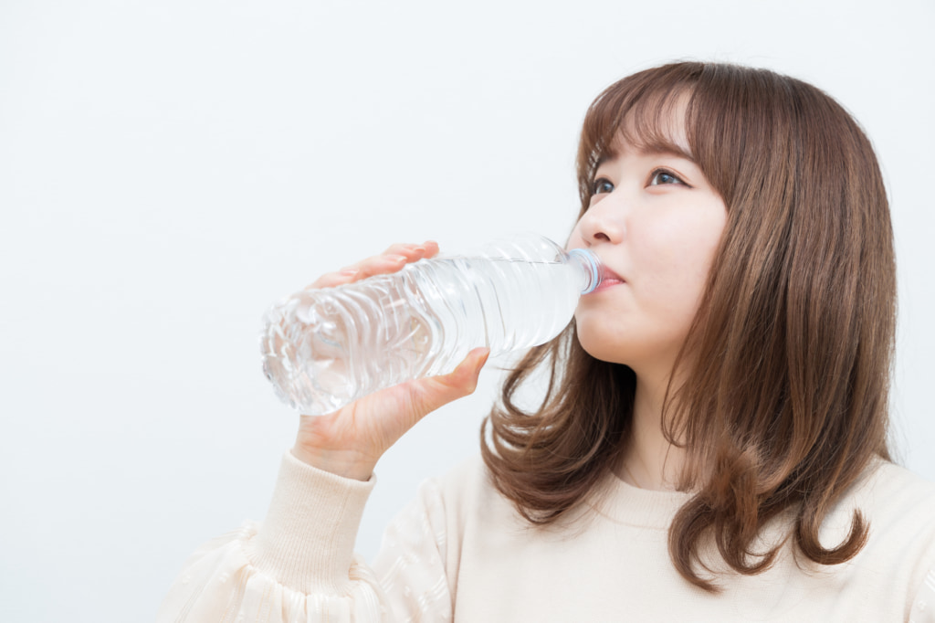 「水を2リットル飲む」美肌やダイエットにいいって本当?いつから効果がわかる?