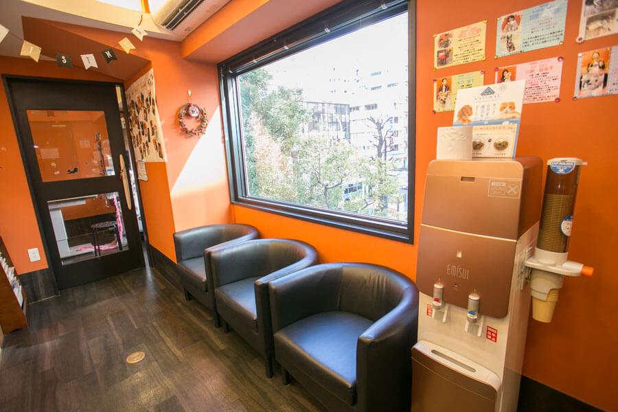 鮮やかなオレンジ色の明るい内装
